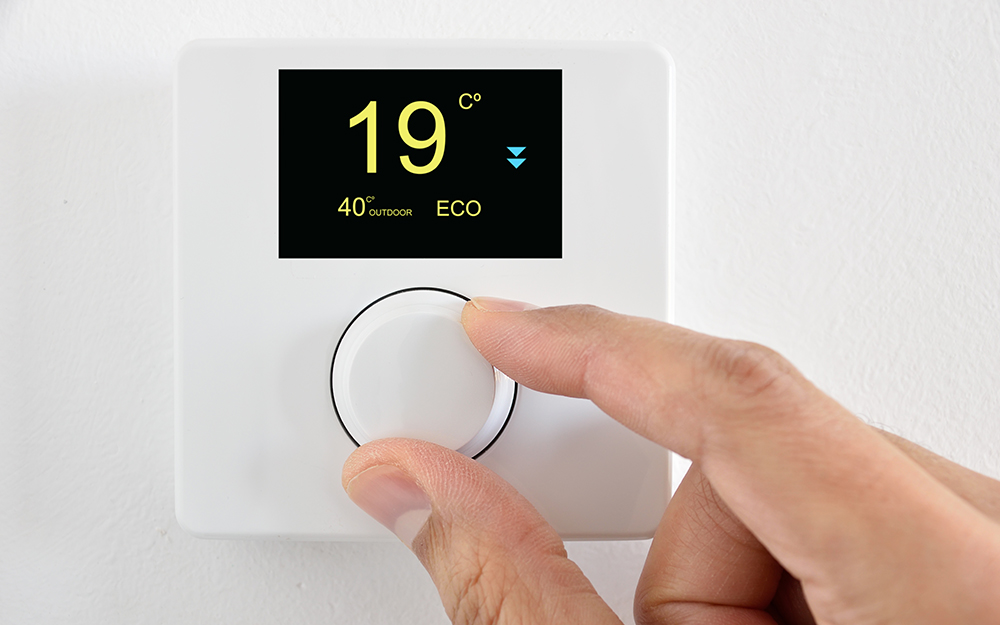 Person changing the temperature to 19°C